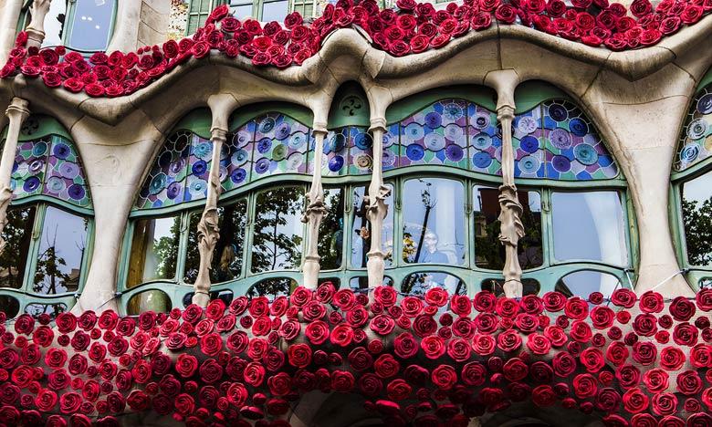 Балкон Casa-Batllo, украшенный розами