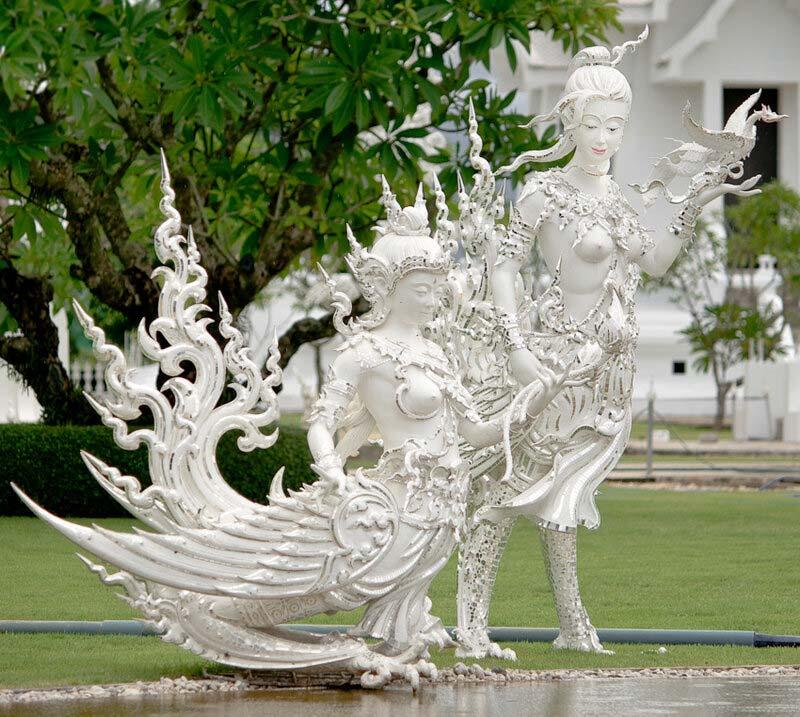 Скульптуры в парке возле Ват Ронг Кхун