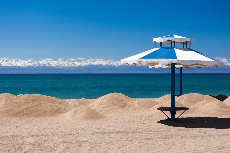 Пляж на озере Иссык-Куль